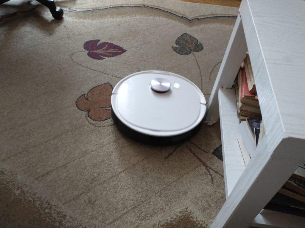 ozmo 8t+ na dywanie koło stolika