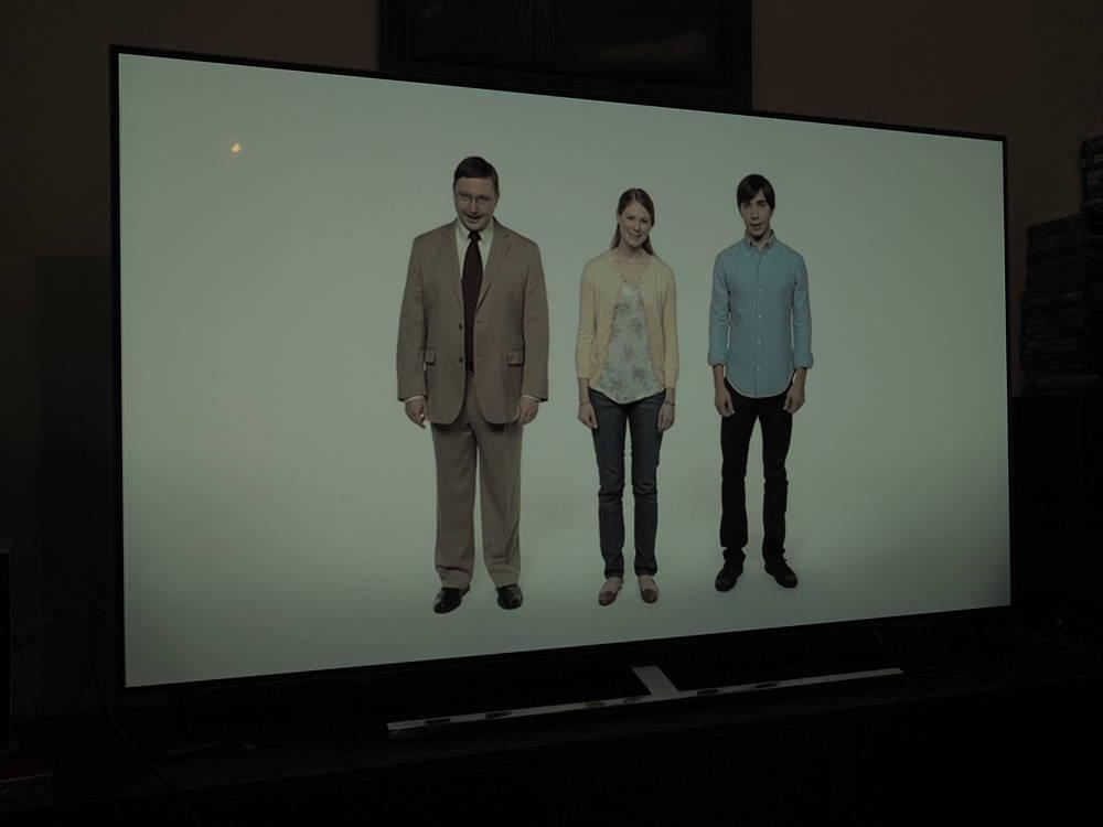 kadr z reklamy apple oglądany pod kątem (trzy osoby na białym tle)