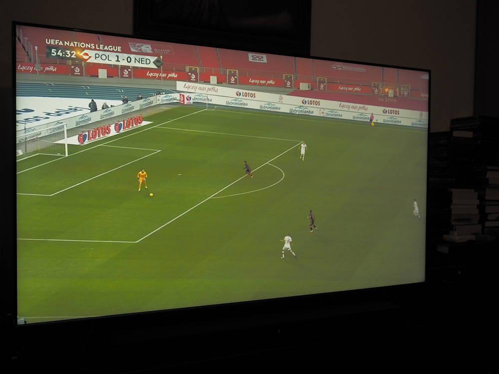 mecz piłki nożnej oglądany na ekranie samsunga 65q65t pod kątem