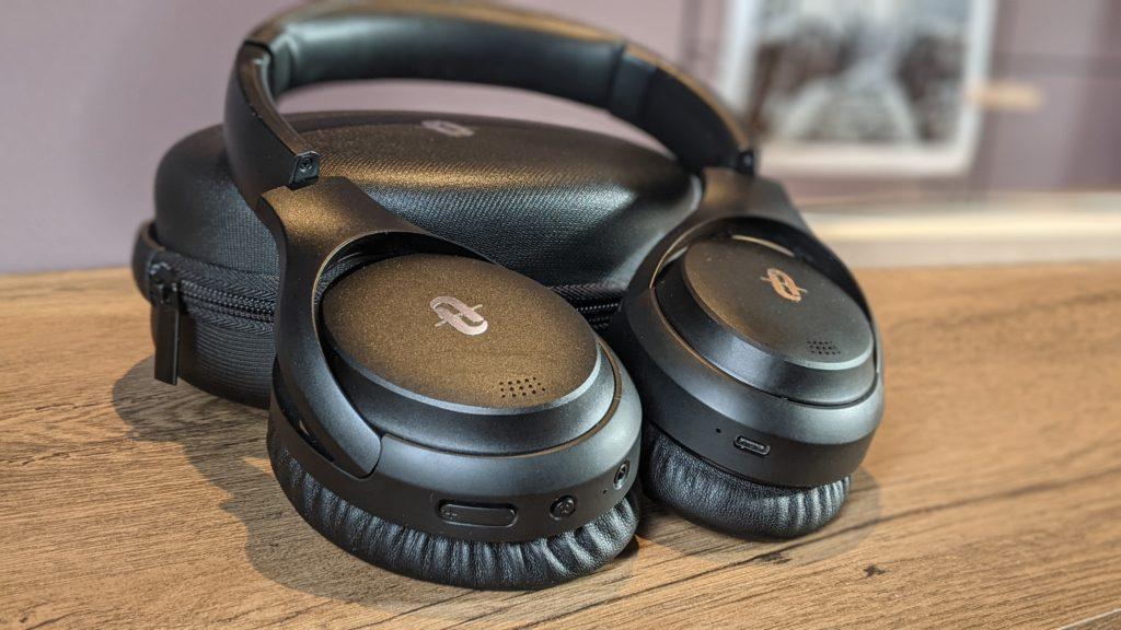 słuchawki taotronics tt-bh090 oparte o etui