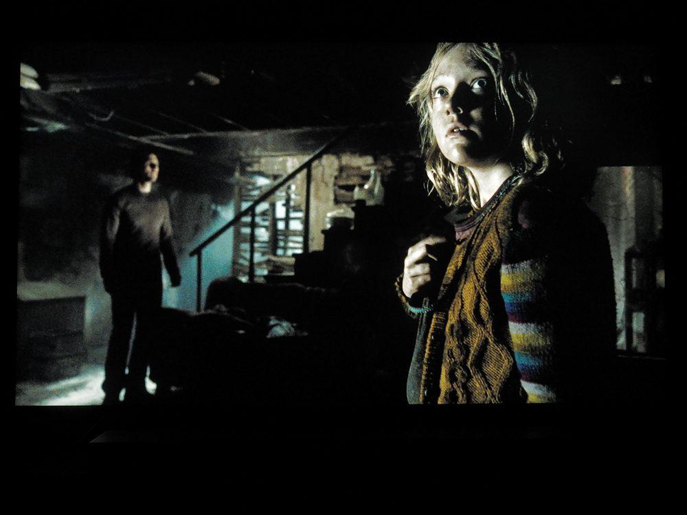 przerażeni kobieta i mężczyzna w ciemnej piwnicy