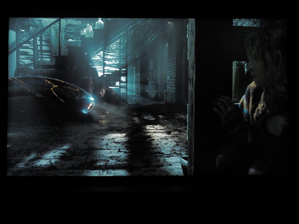 mroczna scena w piwnicy