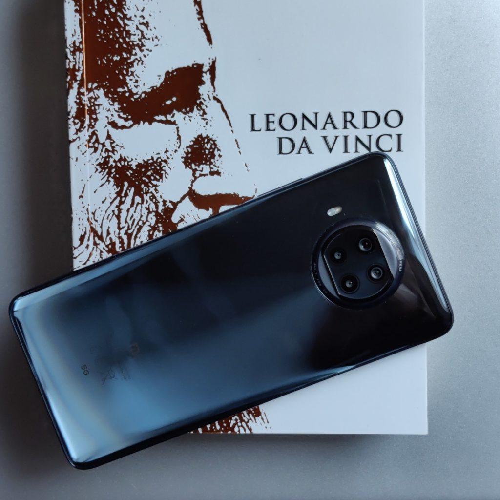 Xiaomi Mi 10T Lite 5G od tyłu na książce