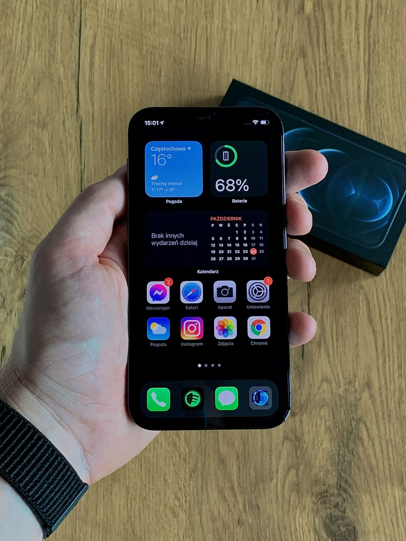 iPhone 12 pro w ręce