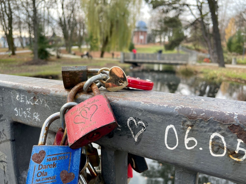 zdjęcie kłódki zakochanych na moście iphone 12 pro