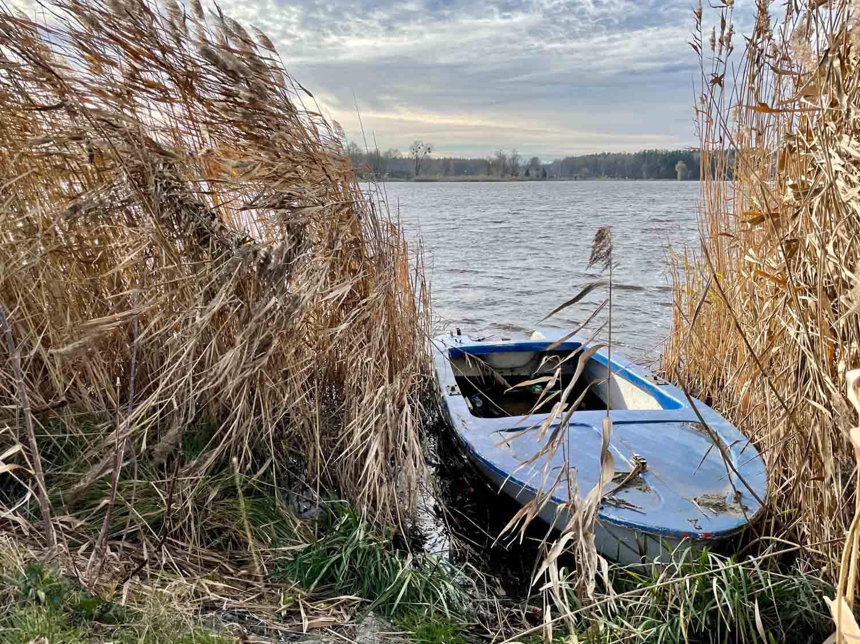 łódka na wodzie iphone 12 pro
