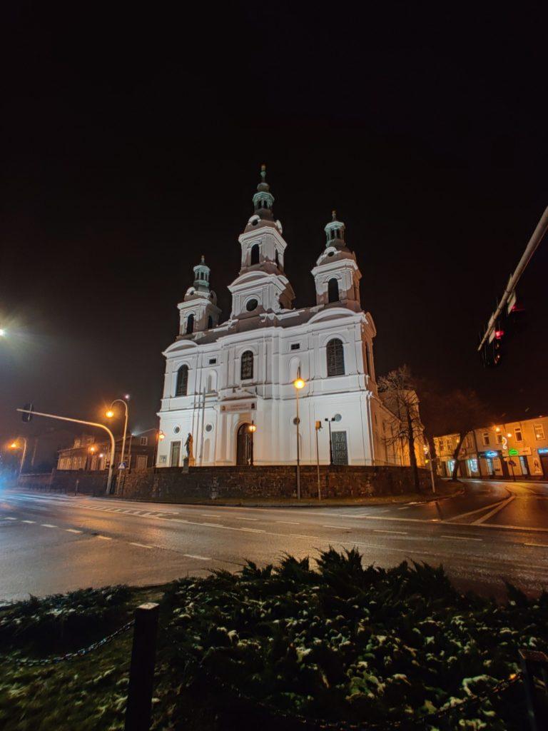 OnePlus 7T Pro tryb nocny ultraszerokokątny kościół