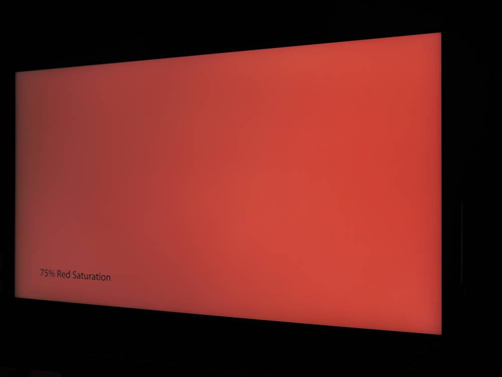 czerwona plansza na wyświetlaczu samsunga 65q67ta widziana pod kątem