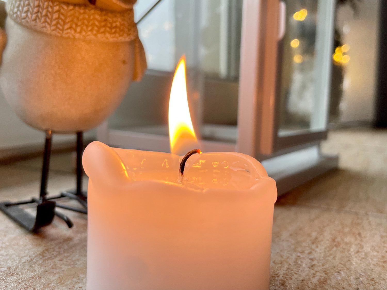 płonąca świeczka zdjęcie iphone 12 pro