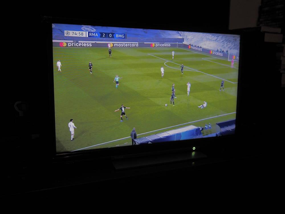 mecz piłkarski oglądany na ekranie toshiby 32la3b63