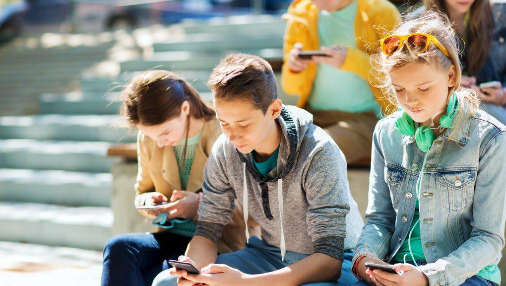 Dzieci korzystające z telefonów