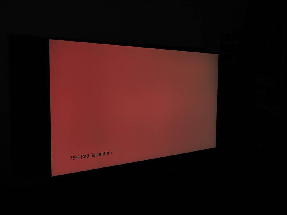 czerwona plansza na ekranie telewizora philips 43pus9235 - pod kątem widać lekką degradację koloru