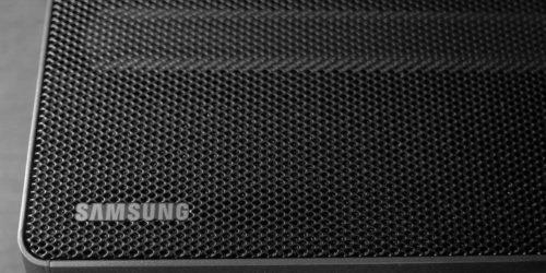 górna część obudowy soundbara samsung hw q60, na której widać charakterystyczną kratkę