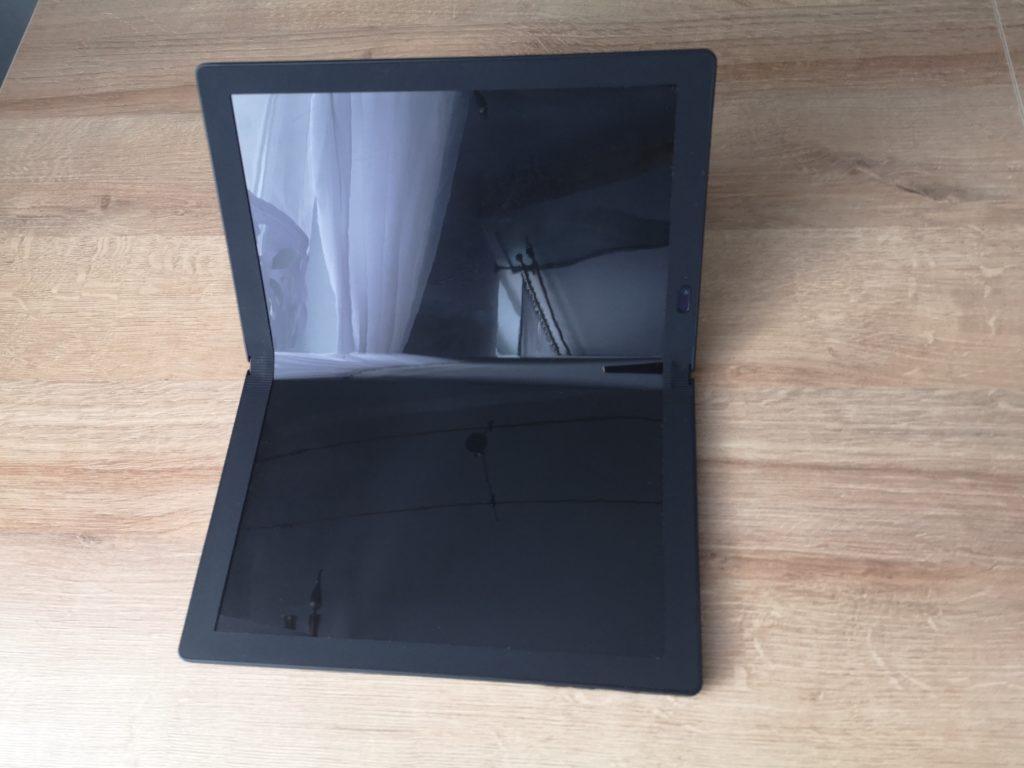 Lenovo ThinkPad X1 Fold rozłożony do połowy