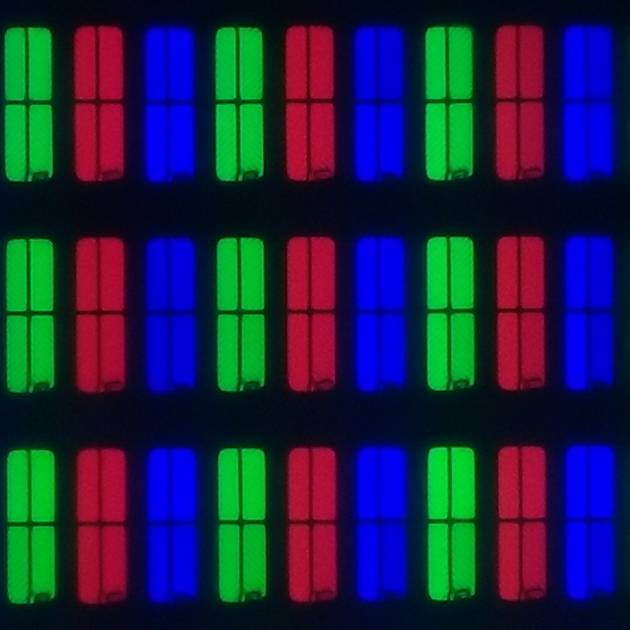 matryca telewizora philips 43pus9235, widać czerwone, zielone i niebieskie piksele (każdy podzielone na cztery części)