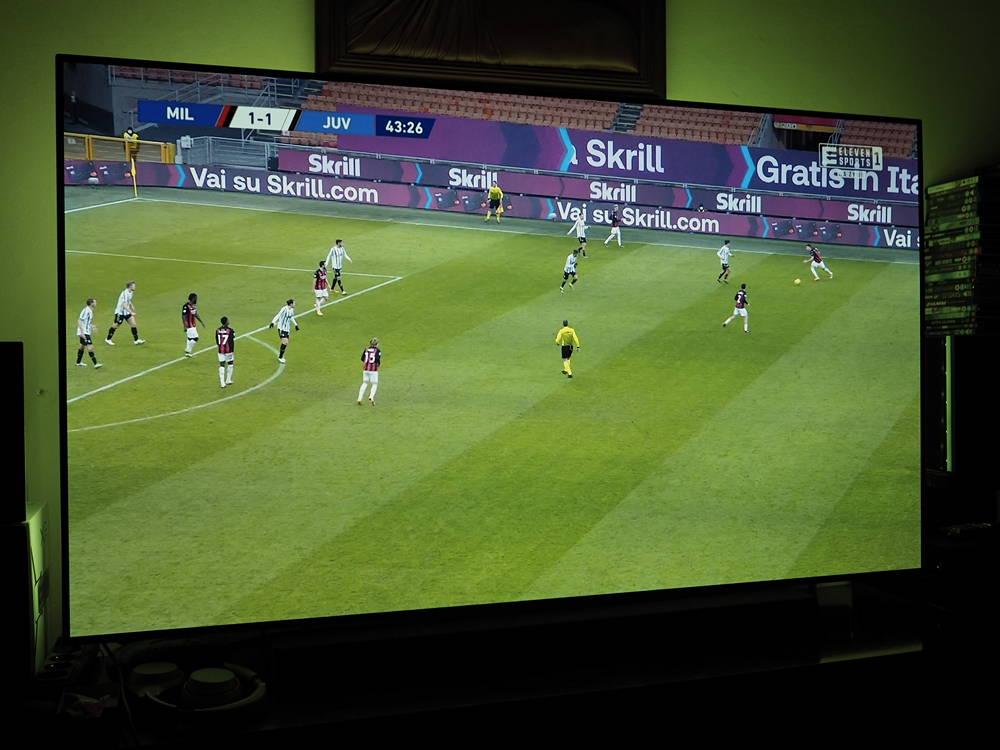 mecz piłkarski na ekranie philipsa 65oled934