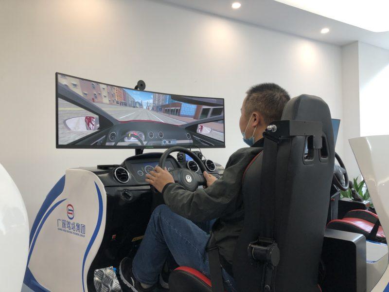 Kursanci na prawo jazdy w Chinach uczą się jeździć na symulatorach
