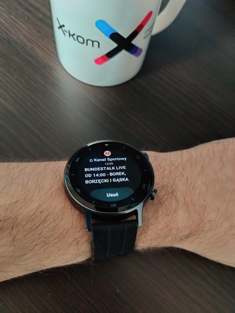 realme Watch S na ręce z rozwiniętymi powiadomieniami