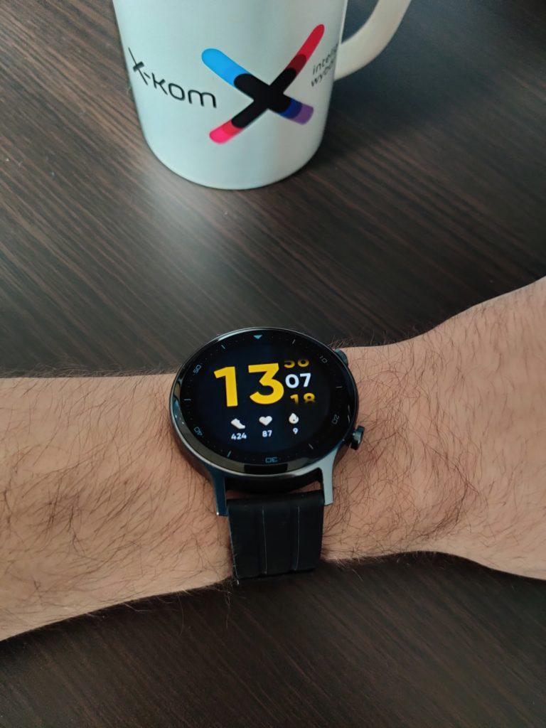 realme Watch S na ręce z tarczą