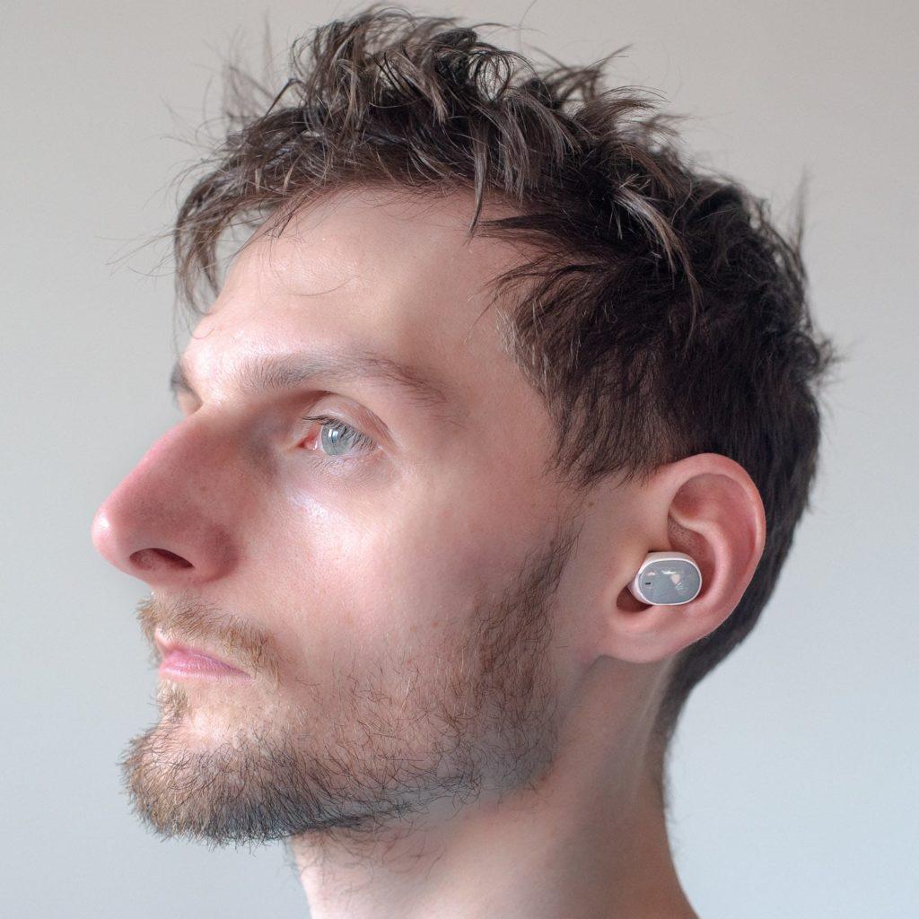 Słuchawki HTC Wireless Earbuds w uchu