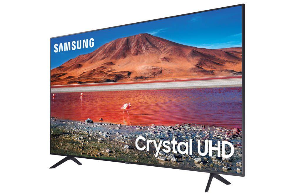 samsung 55tu7112 widziany pod kątem, na ekranie górzysty krajobraz i napis Crystal UHD