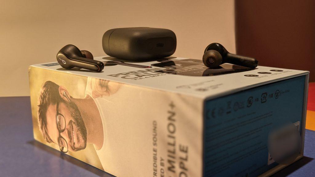 słuchawki soundcore liberty air ułożone na opakowaniu
