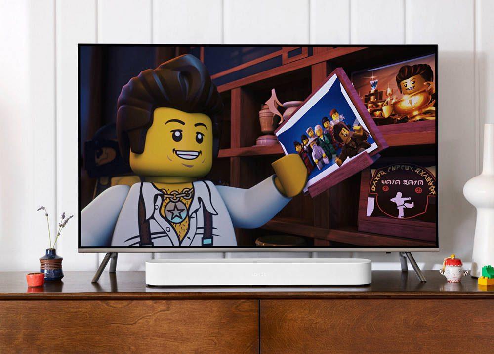 biały sonos beam pod telewizorem, na którym widać figurkę LEGO