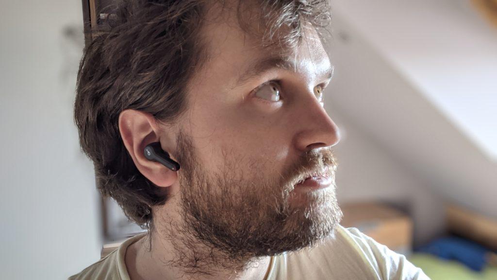 słuchawka soundcore liberty air 2 w uszach