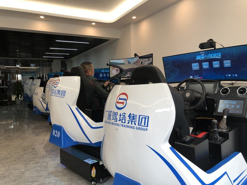 Szkoła jazdy wykorzystuje symulatory