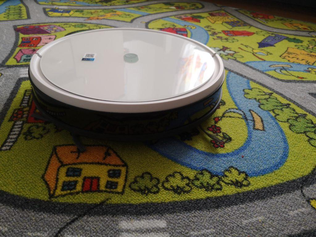 Yeedi 2 Hybrid na dywanie