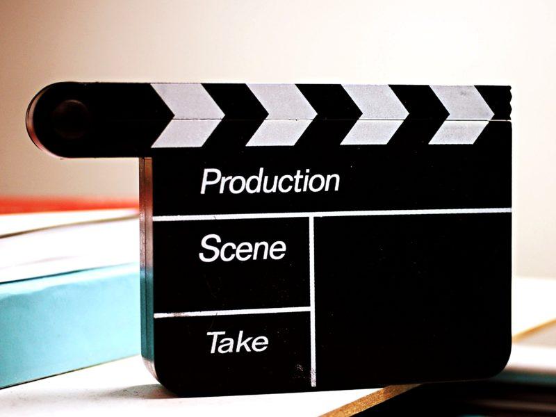 Ciekawe filmy na wieczór, które wprowadzą Cię w dobry nastrój. Gdzie oglądać i co wybrać?