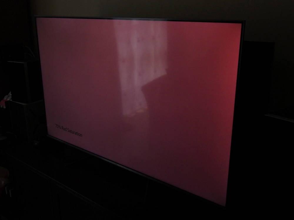 czerwona plansza widziana pod kątem - uwydatnia to widoczność filtra ekranowego zastosowanego w tcl 55c715