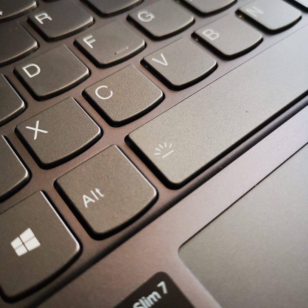 Lenovo Yoga Slim 7 włączanie podświetlenia klawiatury