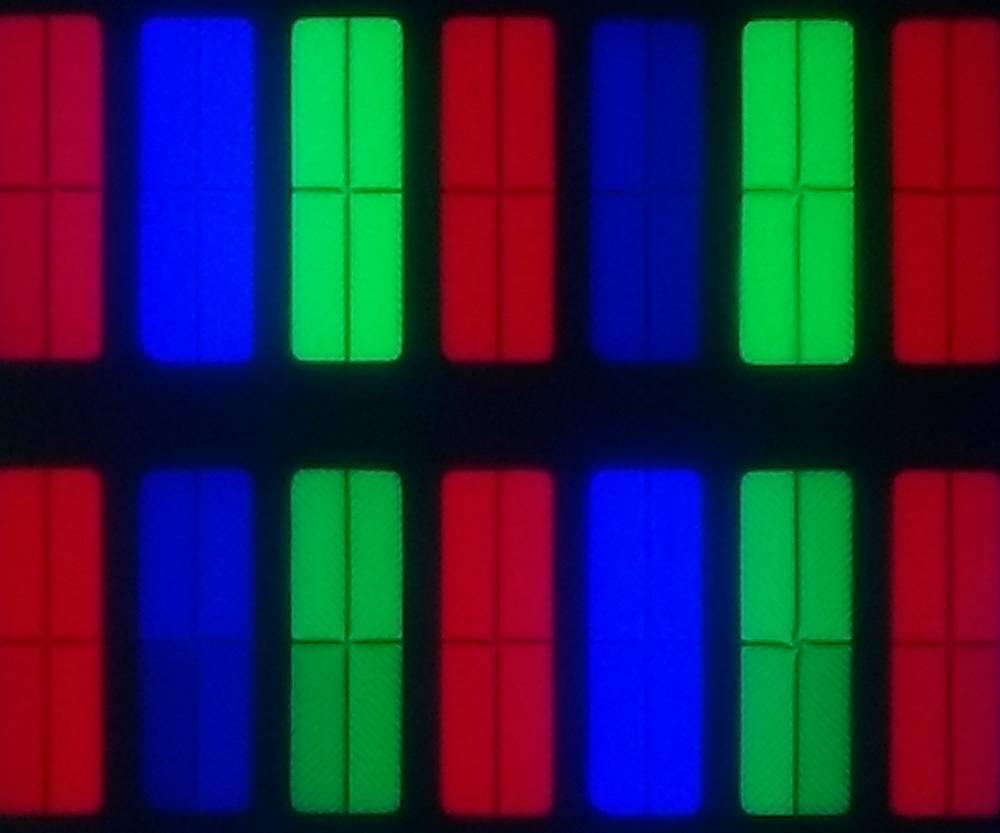 zdjęcie matrycy tcl 55c715 pod mikroskopem - czerwone, niebieski i zielone piksele, każdy podzielony na cztery części