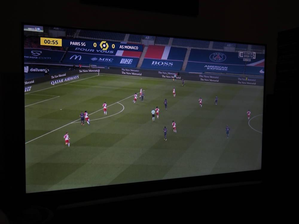 mecz piłki nożnej na ekranie tcl-a 55c715