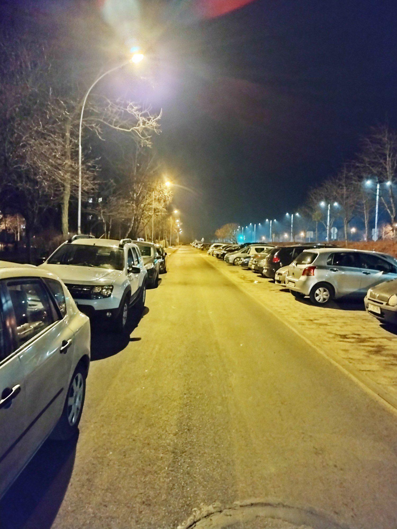moto g30 zdjęcie nocne na parkingu