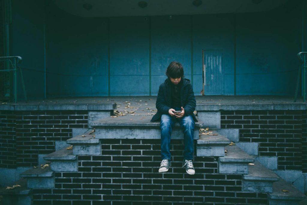 nastolatek z telefonem