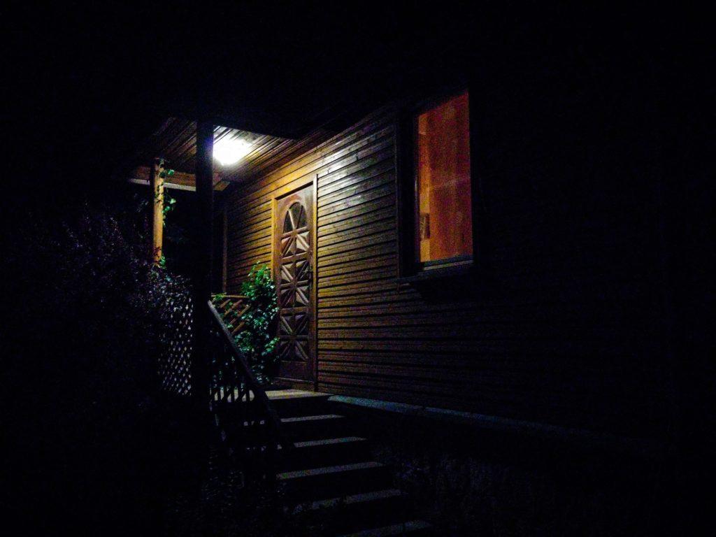 weranda nocą światło