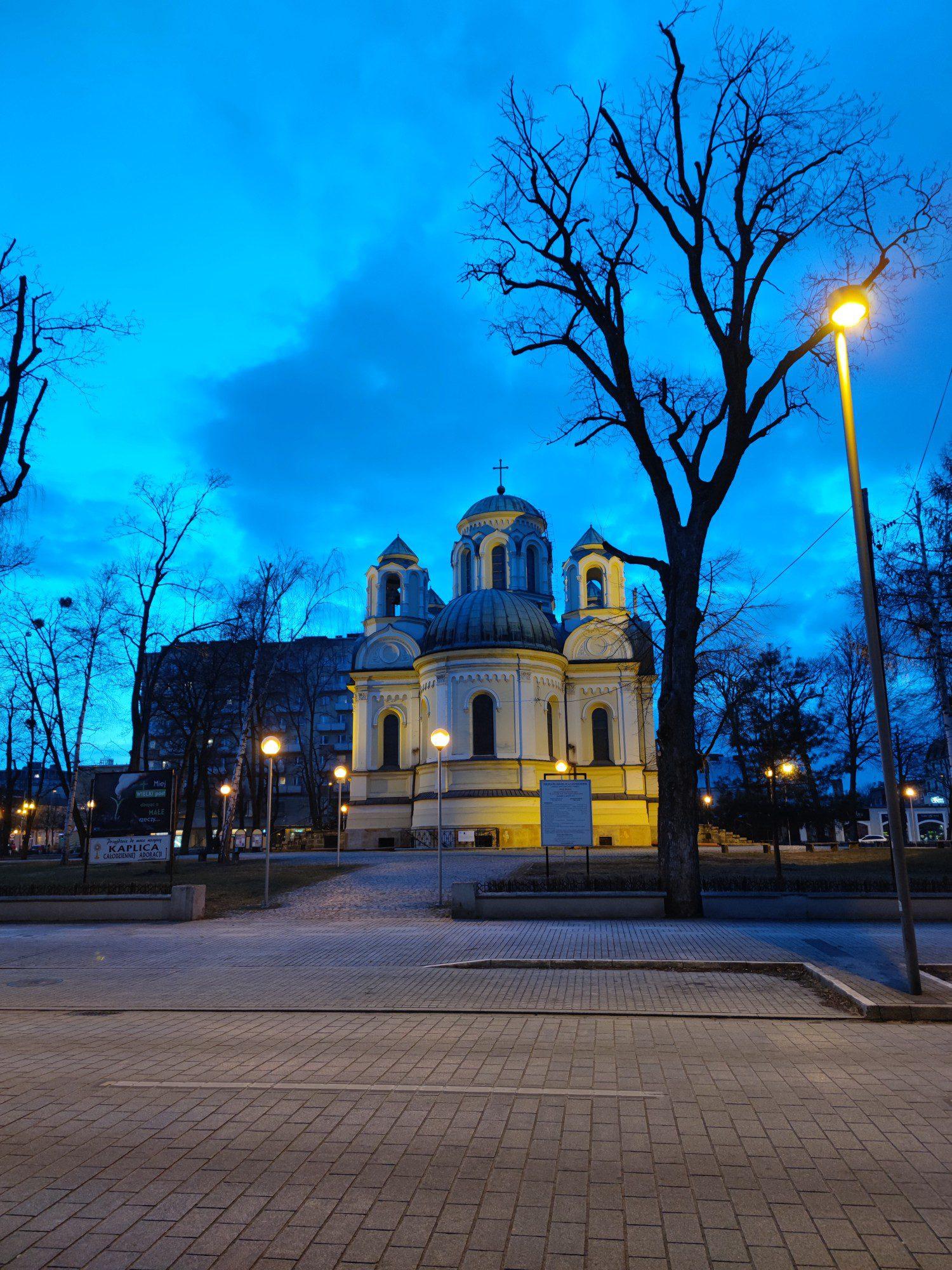 kościół wieczorem w trybie nocnym Mi 11