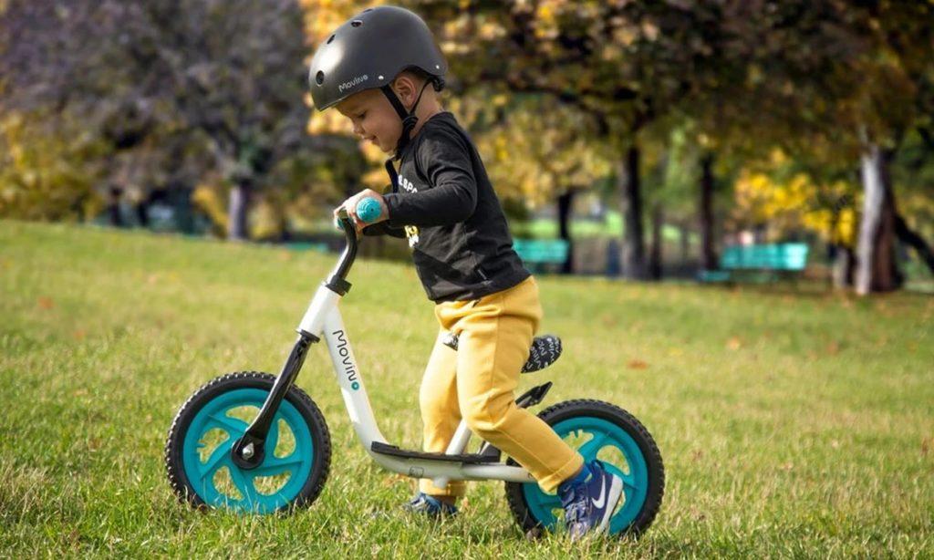 chłopiec na rowerku