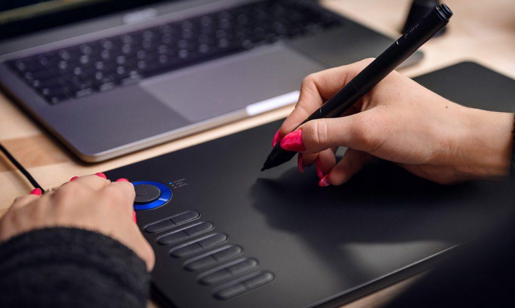 Pisanie na tablecie graficznym Veikk A15 Pro