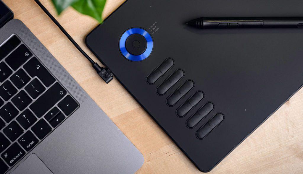 Tablet graficzny Veikk A15 Pro podpięty pod laptopa