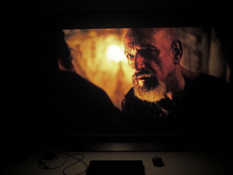 ciemny kadr z filmu exodus na ekranie xiaomi mi q1 tv 75