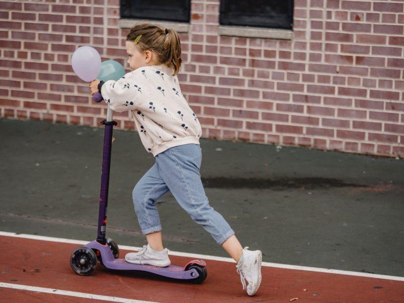 Zaplanuj ruch z dzieckiem na świeżym powietrzu. Sprawdź, jakie zabawki outdoorowe mogą się przydać