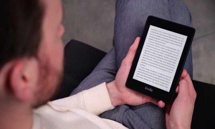 mężczyzna trzyma Kindle