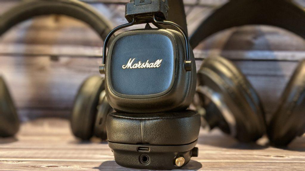 słuchawki marshall major IV na tle dwóch innych zestaów