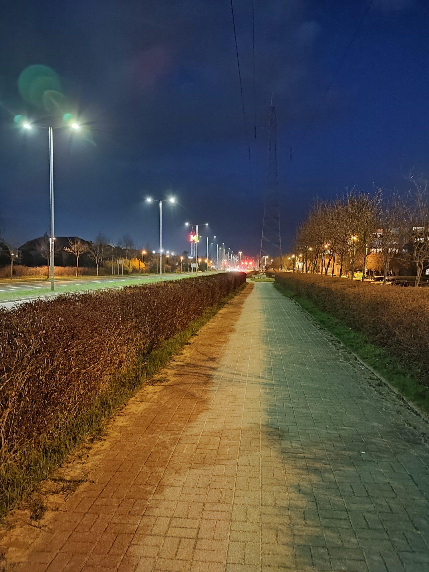 redmi note 10 pro zdjęcie nocne ścieżki rowerowej