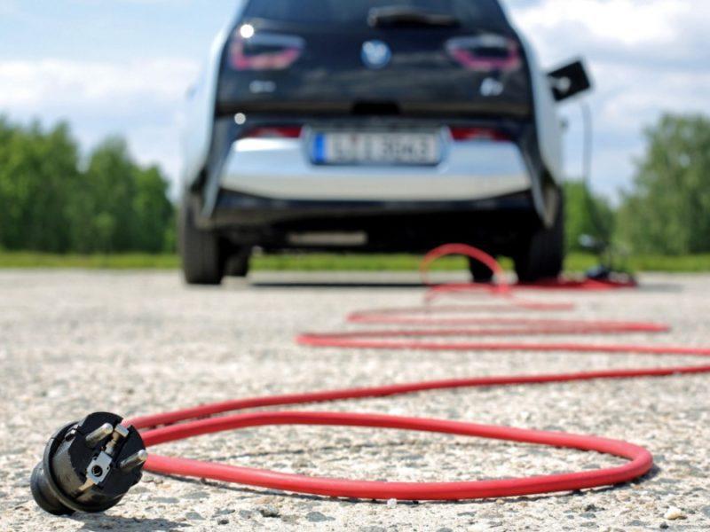 Przywileje dla samochodów elektrycznych w Polsce. Darmowe parkingi, jazda buspasami