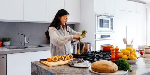Jak zadbać o zdrowie i sylwetkę? Podpowiadamy, jakie gadżety przydadzą się w kuchni i podczas treningu