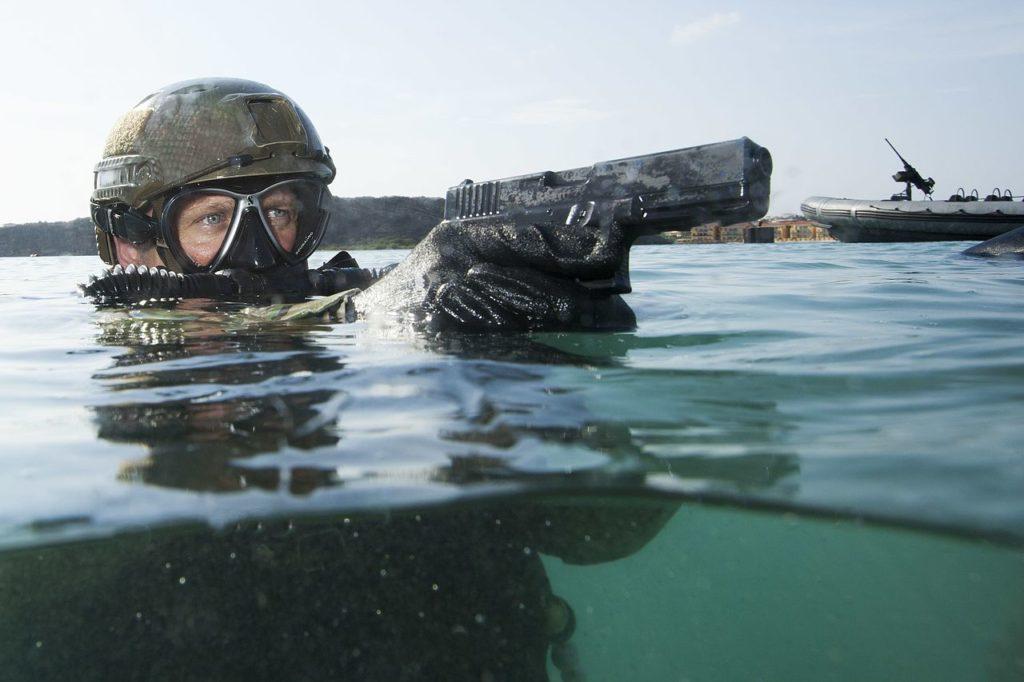 żołnierz w połowie zanurzony w wodzie